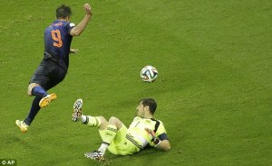 Van Persie Capitalizes on Casillas's mistake, From Sport
